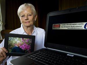 Michaela Keyserlingk tient la photo de son défunt mari à côté de la publicité litigieuse.