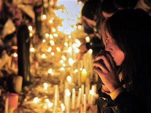 Plusieurs Chiliens se sont rassemblés devant les locaux de la télévision TVN pour rendre hommage au journaliste Felipe Camiroaga, l'une des victimes de l'accident d'avion.