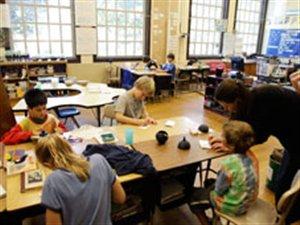 Des enfants travaillent en classe
