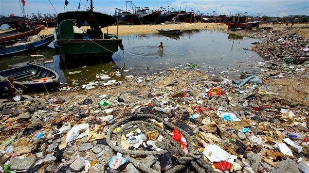 Un enfant se baigne dans u ne zone polluée dans la province d'Hainan