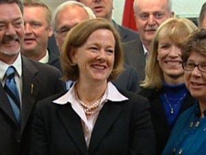 La première ministre désignée de l'Alberta, Alison Redford, est entourée des députés conservateurs lors de son premier caucus avec son gouvernement.