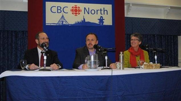 Les chefs Arthur Mitchell (Parti Libéral), Darrell Pasloski (Parti du Yukon) et Liz Hanson (NPD)