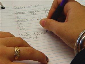 Un élève écrit dans son cahier
