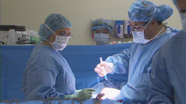 anesthesiste en liberal En per-opératoire, l'infirmier ou l'infirmière titulaire du diplôme d'etat de bloc opératoire ou l'infirmier ou l'infirmière en cours de formation préparant à ce diplôme exerce les activités de circulant, d'instrumentiste et d'aide opératoire en présence de l'opérateur.