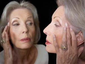 Une femme se regarde dans le miroir