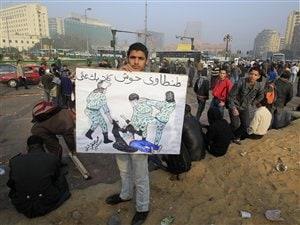 « Tantaoui, garde tes chiens loin de moi », peut-on lire sur la pancarte de ce manifestant, dans une référence à l'attaque dont a été vicitime la manifestante « au soutien-gorge » bleu.