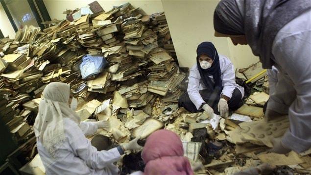 Des spécialistes tentent de récupérer des documents qui ont brûlé dans l'incendie de l'Institut d'Égypte, une institution fondée à l'époque où Napoléon Bonaparte dirigeait la France. Les lieux abritaient quelque 200 000 documents, dont plusieurs d'une valeur historique inestimable.