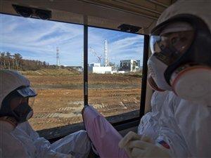 Un responsable de la Tokyo Electric Power Company effectue une visite sur le site de la centrale nucléaire de Fukushima, le 12 novembre.
