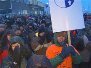 Des travailleurs de l'aluminerie Alma manifestent devant les bureaux de la division Énergie électrique de RTA