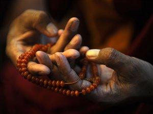 Un Tibétain qui prie.