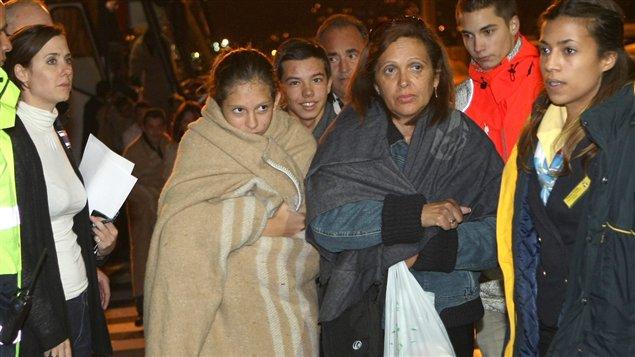 Des passagers du Costa Concordia débarquent dans le port de Marseille.
