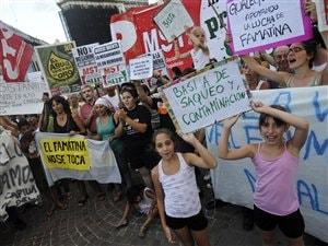 Des citoyens manifestent contre l'exploration minière dans la région de Famatina.