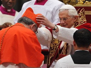 L'archevêque du diocèse de Toronto, Thomas Collins reçoit son chapeau de cardinal des mains du pape Benoît XVI.