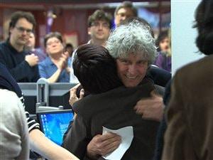Les employés du centre de l'information de Radio-Canada, à Montréal, ont longuement applaudi Alain Saulnier