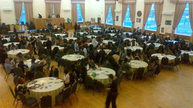 Avant le repas, les participants ont écouté un court documentaire sur le Mois de l'histoire des noirs.