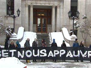 Des étudiants bloquent les accès au pavillon Athanase-David de l'UQAM.