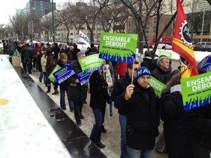 Des fonctionnaires fédéraux ont manifesté partout au pays jeudi, comme ici à Winnipeg, au Manitoba.