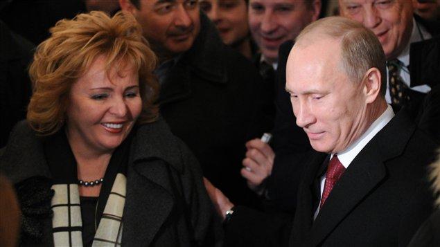 Le candidat Vladimir Poutine et son épouse dans un bureau de vote à Moscou