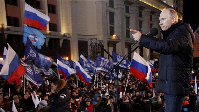 Vladimir Poutine s'adresse à ses partisans à l'extérieur du Kremlin le jour de l'élection présidentielle russe du 4 mars 2012.