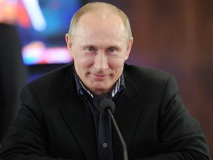 Valdimir Poutine était tout sourire lorsqu'il a rendu visite à des gens travaillant pour sa campagne, dimanche soir, à Moscou.