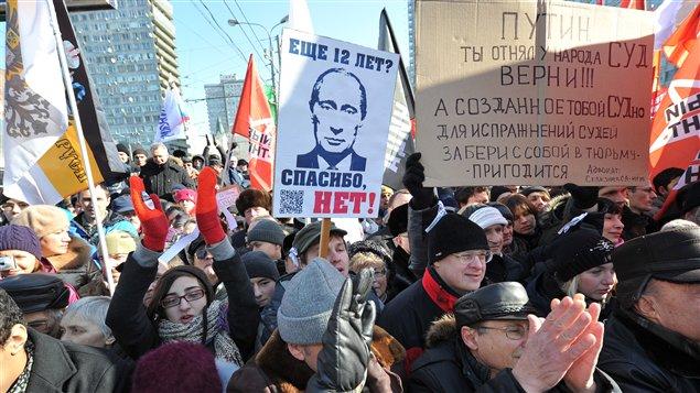 Des opposants au régime du premier ministre et président élu Vladimir Poutine manifestent à Moscou, en Russie (10 mars 2012).