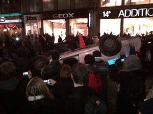 Les manifestants ont renversé une voiture de police sur la rue Ste-Catherine
