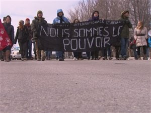Les étudiants ont manifesté, vendredi, dans les rues de Saguenay.