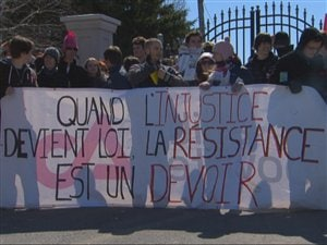 Des étudiants du Collège d'Alma protestent contre l'injonction empêchant le piquetage devant l'établissement d'enseignement.