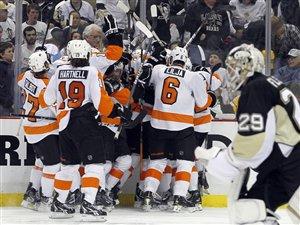 Les Flyers célèbrent leur but gagnant en prolongation.