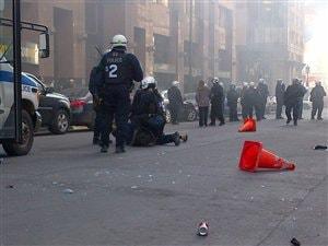 Les policiers arrêtent un manifestant au centre-ville de Montréal.