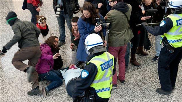 Un manifestant blessé au Palais des congrès