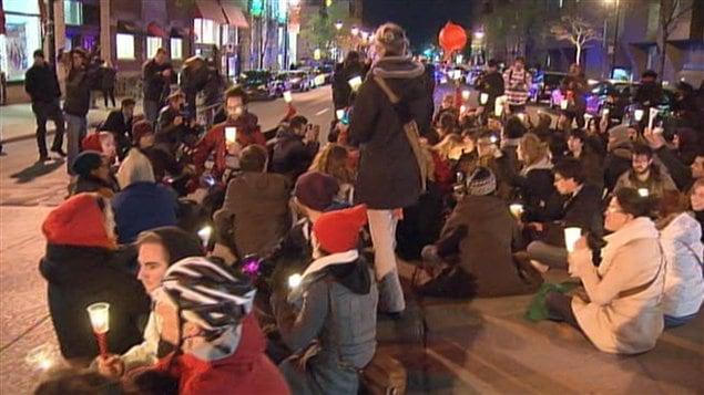 Avant le départ de la manifestation, des gens ont fait un sit-in à l'angle des rues Berri et Sainte-Catherine.