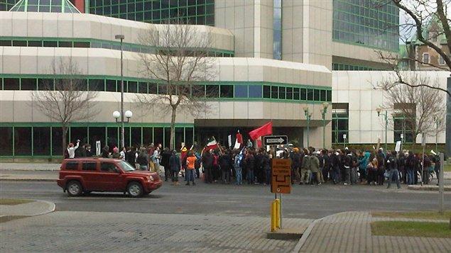 Manifestation spontanée devant les bureaux de la saaq