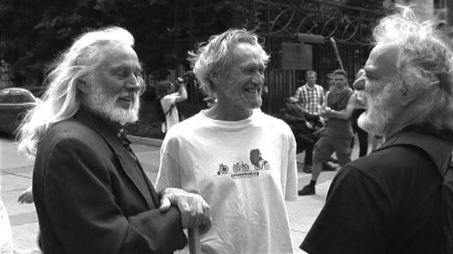 Serge Mongeau au centre en compagnie de l'artiste Armand Vaillancourt et de Serge Sévigny