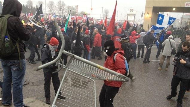 Une barricade démantelée par des manifestants à Victoriaville