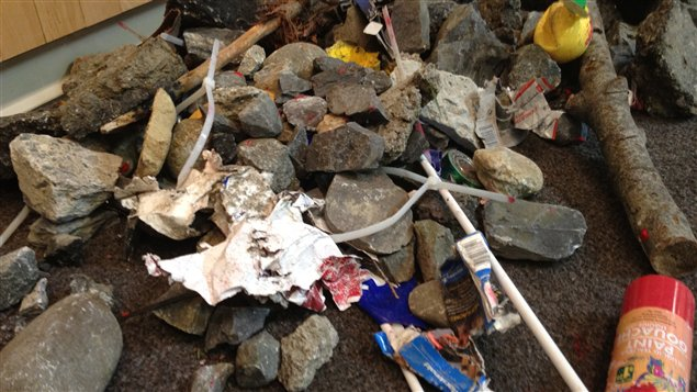 Objets lancés par des manifestants à Victoriaville et ramassés par la police.