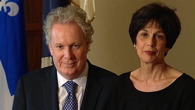 Le premier ministre Jean Charest et la nouvelle ministre de l'Éducation, Michelle Courchesne, au cours de la cérémonie d'assermentation.
