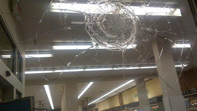 La vitrine du Pharmaprix a été fracassée.