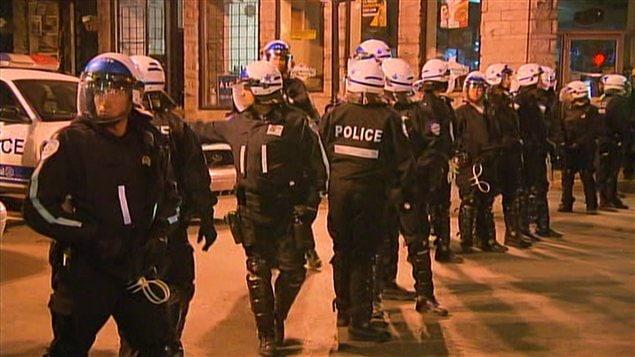 Une ligne imposante de policiers bloquait l'accès à la rue Saint-Denis.