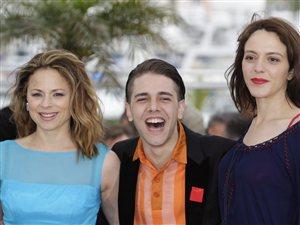 Le réalisateur Xavier Dolan accompagné des comédiennes Suzanne Clément (gauche) et Monia Chokri posent pour les journalistes le 19 mai dernier, à Cannes.