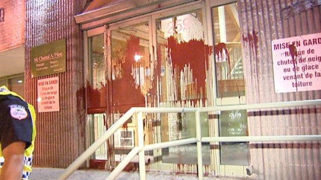 De la peinture rouge a été renversée sur la façade du bureau de la député Maryse Gaudreault dans la nuit de vendredi à samedi.