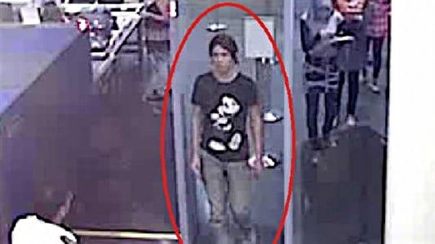 Photo diffusée par Interpol montrant présumément Luka Rocco Magnotta à l'aéroport Roissy.
