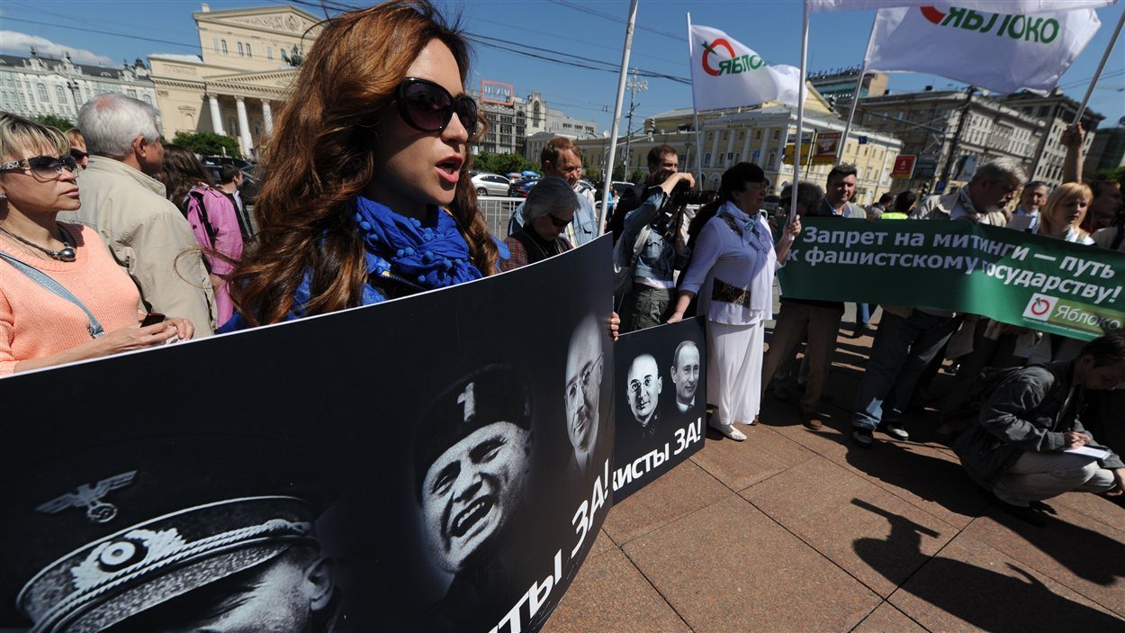 Des activistes russes manifestent à Moscou contre la nouvelle loi, le 5 juin.