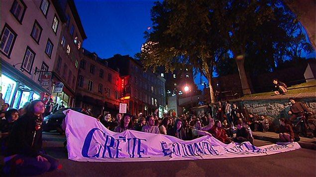Un sit-in prend forme à Québec sur la Côte de la Montagne, où 65 manifestants ont été arrêtés la veille.