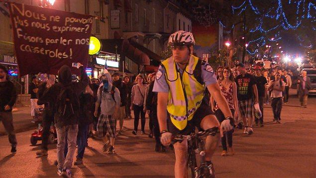 La 44e manifestation nocturne se déplace sur la rue Saint-Denis à Montréal.