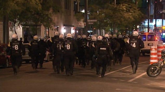 La présence policière était toujours imposante dans les rues de Montréal en fin de soirée.