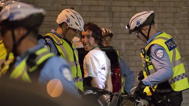 Un manifestant arrêté samedi soir à l'intersection des rues Crescent et Sainte-Catherine, à Montréal