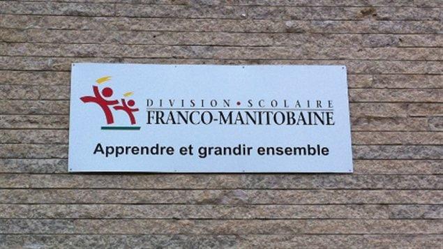 Une affiche de la Division scolaire franco-manitobaine, apposée sur un mur extérieur de l'école élémentaire Précieux-Sang, dans le quartier Saint-Boniface de Winnipeg