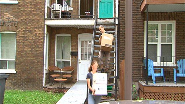 Deux personnes transportent des boîtes