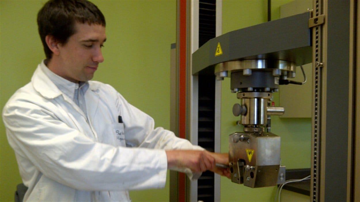 Le chercheur Sébastien Migneault, au Laboratoire de biomatériaux de l'Université du Québec en Abitibi-Témiscamingue